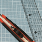 カッターと定規とカッティングマットの写真