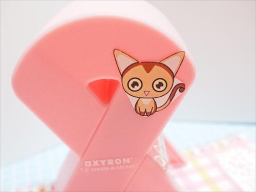ピンクリボン型のシールメーカーに貼られた猫シール