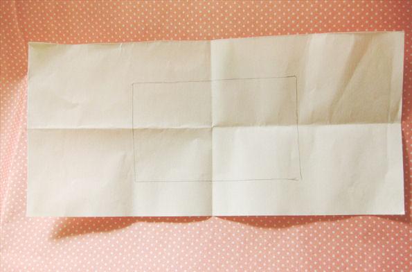 名刺サイズの紙を型紙にして、ポチ袋の形を描きます。